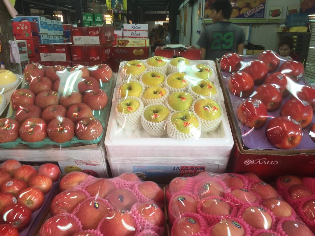 中国産のばかりのリンゴ売り場の中に青森県産のリンゴを発見(中央奥)
